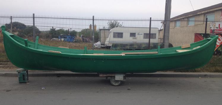Barci de pescuit pe mare la navod MAHONA cu doua ciocuri